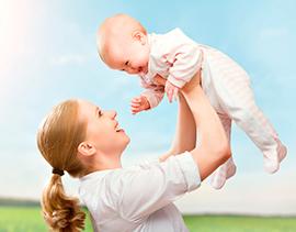 Подбрасывая на руках ребенка